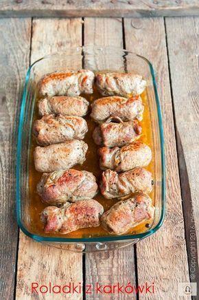 """Roladki z karkówki są świetnym daniem nie tylko na codzienny obiad. Sprawdzą się na uroczystość rodzinną czy świąteczny stół. Ilości składników zależy od wagi mięsa, jakie wykorzystujemy. Roladki wyjdą fantastyczne, mięso nabierze idealnej konsystencji, a nadzienie zaskoczy wszystkich gości. Sprawdzony przepis z bloga """" Pieguskowa kuchnia """" ."""