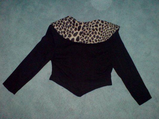 Mooi tweedelig pak van het merk Lori Bis Kleur zwart Jasje met tijgerprint sjaalkraag Broek met tijgerprint detail aan voorzijde Maat S Zga nieuw Prijs € 39,-  vintageconfectie@hotmail.com