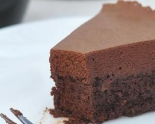 Gâteau magique au chocolat noir sans sucre : http://www.fourchette-et-bikini.fr/recettes/recettes-minceur/gateau-magique-au-chocolat-noir-sans-sucre.html