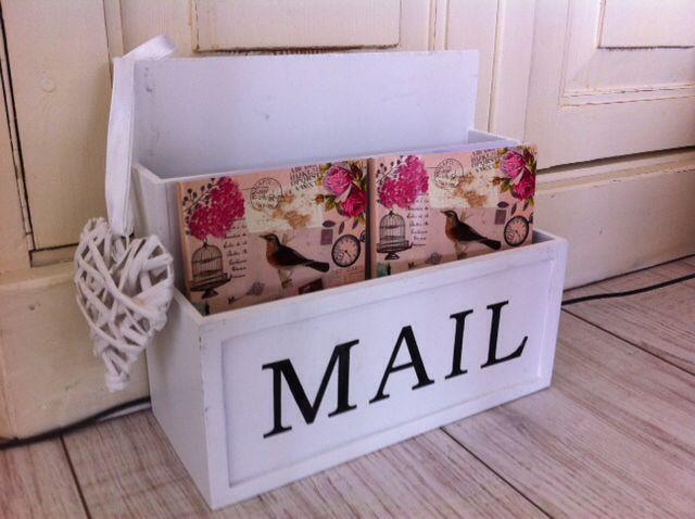 Brocante mail box / postbak:- incl. 2 schattige notitieboekjes en hartje aan de zijkant- afmeting: 21x23 (lxb)  €8,50  Geinteresseerd? Neem contact op via: cozyliving@outlook.com