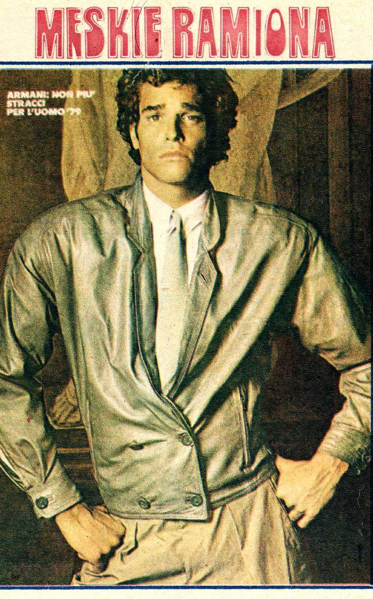 """""""Przekrój"""" nr 1797, 16 września 1979,  """"Kołnierzyki tak we wdziankach jak i koszulach są małe - tu z guzikami + wąski krawat. Tak samo na fot. 2. gdzie jest dość interesujący fason, bo wdzianko jest krótkie, a klapy są marynarkowe, zapięcie dwurzędowe na guziki, dopasowane dołem. Mocno poszerzone wywatowane ramiona. Giorgio Armani (genialny włoski projektant mody) (…) wprowadził tego rodzaju linię także w niektórych swoich marynarkach."""" Hoff - s.21"""