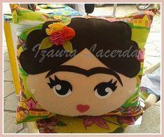 Almofada inspirada na pintora mexicana Frida Kahlo, ideal pra compor em decorau00e7u00e3o. Confeccionada em tricoline e algodu00e3o, rica em cores e detalhes. mede 50 centu00edmetros. - Crafting Endeavour