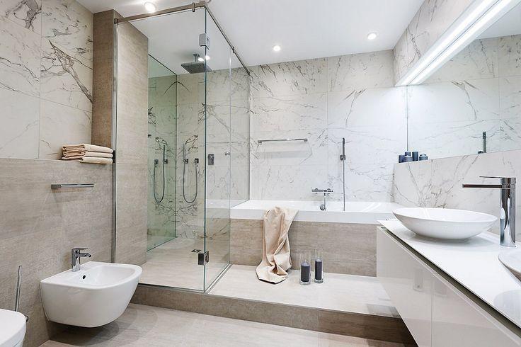 Современный дизайн ванной комнаты для молодой семьи.