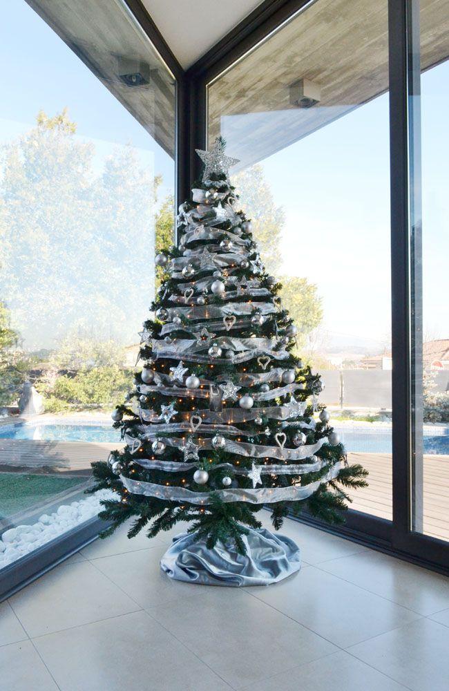También trabajamos para particulares. Instalamos un árbol de navidad plateado en una vivienda en el Vallès Oriental, Barcelona - Árboles de navidad solidarios y decoración navideña en Barcelona - Servicio de alquiler Cor d'estel