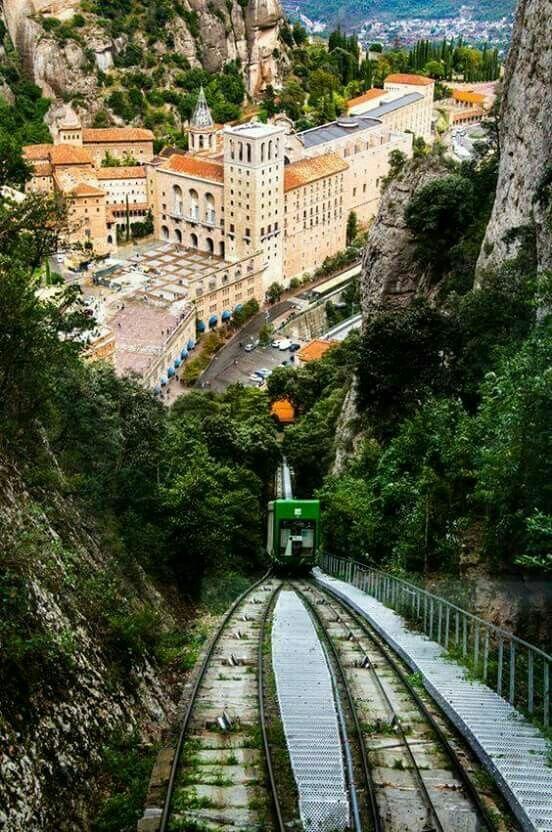 Macizo de Montserrat | Montserrat es un macizo rocoso considerado tradicionalmente la montaña más importante y significativa de Cataluña (España). Está situada a 50 km al noroeste de Barcelona entre las comarcas de la Anoia, del Bajo Llobregat y del Bages. En esta montaña se sitúa el santuario y monasterio benedictino de Montserrat, dedicado a la Virgen de Montserrat.