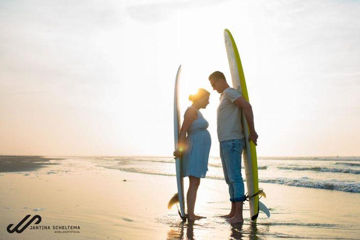 Zwangerschapsfotografie op het strand, Ameland, Friesland, Sunset Beach, Surfers, Surfboard