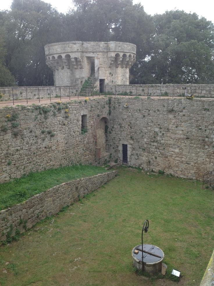 Vista del cortile interno con cisterna. Era protetto da alte e possenti mura... quelle dove oggi camminiamo.