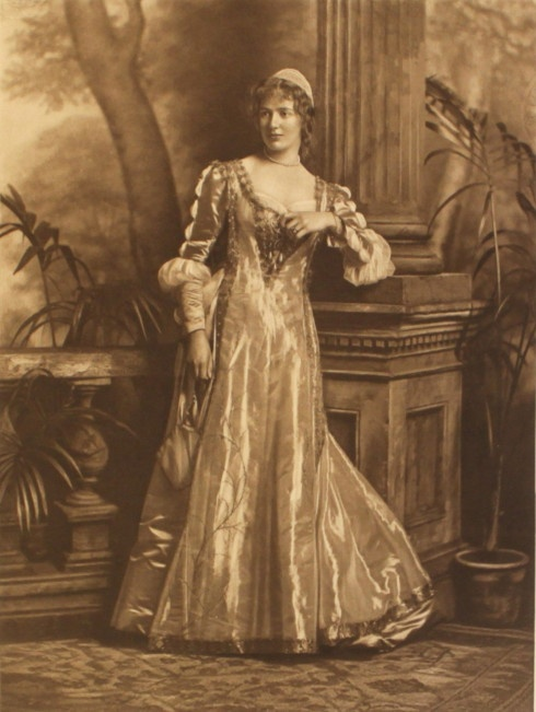 Lady Southampton as Beatrice Portinari the woman who inspired Dante ; the Duchess of Devonshire's Jubilee Costume Ball of 1897