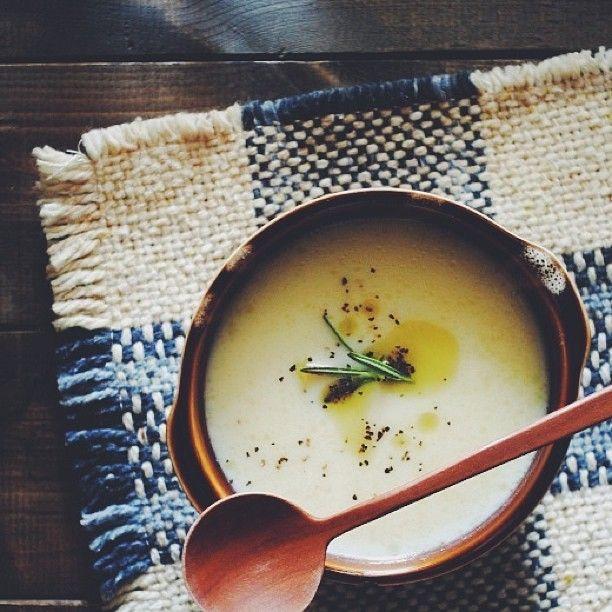 食卓にあと1品加えたい、そんな時に手軽に美味しい「スープ」はいかがですか?朝食・昼食・夕食どんな食事にもぴったりで、他のお料理をしながらコトコト煮込んで作れるスープは「あと1品」が欲しい時に助かるお助けメニューです。アレンジ次第で無限に広がるスープレシピは覚えておくと様々なシーンで活躍してくれますよ。