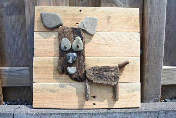 Perro de madera en señal de la plataforma