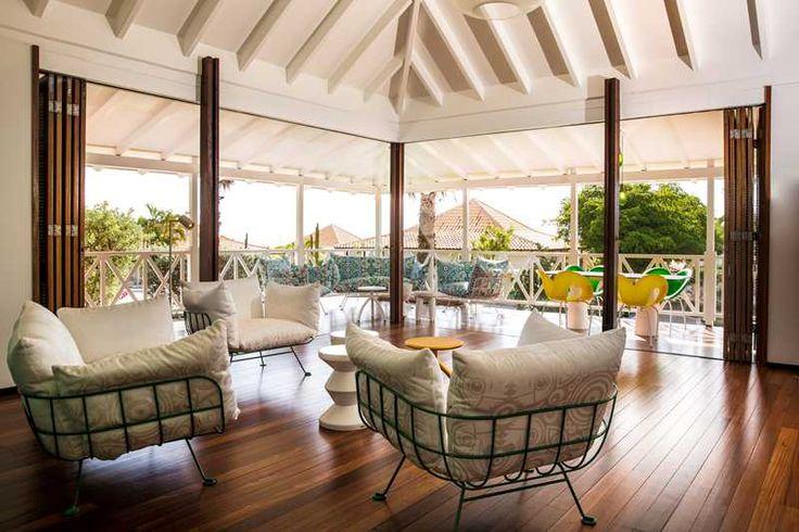 Een eigen vrijstaande villa, alle luxe van thuis en een Caribisch briesje door de palmen. Bij Papagayo Beach Resort in Jan Thiel Baai heb je echt het gevoel in de tropen te zitten. Maar dan wel in stijl! Buiten en binnen lopen in elkaar over als je de houten schuifwanden van de villa opent. Vanaf de veranda zie je een luie leguaan in een bananenboom klimmen. Mócht je weg willen, dan heeft de stralende dame van de receptie leuke tips voor je, zoals eten bij De Gouverneur in Willemstad of…