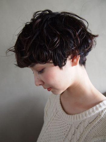 パーマでふんわりとしたショートヘアもウェットな質感にすると程よい重さが出ます。
