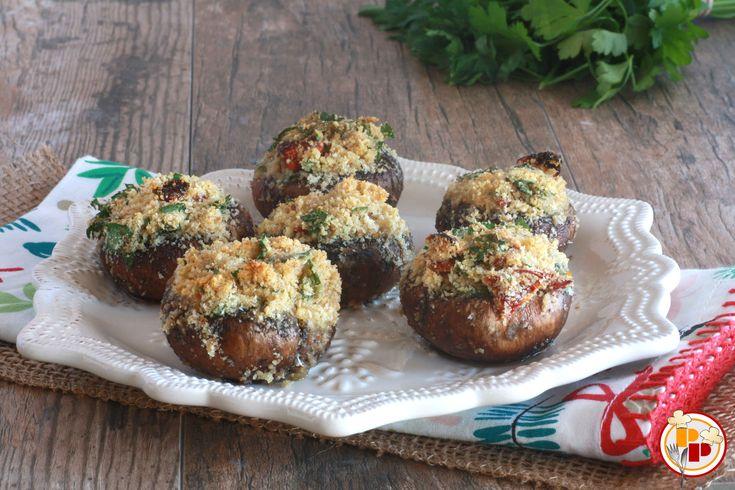 I funghi ripieni sono un piatto saporito ma leggero, di semplice realizzazione e personalizzabile con ripieni di vario gusto.
