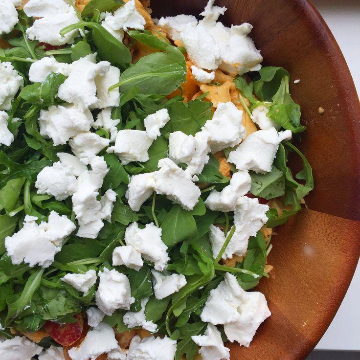 Salades zijn weer hot op dit moment! Heerlijk en perfect voor met dit mooie weer! Deze zomerse pastasalade met geitenkaas is perfect voor tijdens je picknick of bbq! Tip: neem deze salade mee als je op visite gaat, zeker een succes! Zomerse pastasalade met geitenkaas (10-12 personen) Wat heb je nodig: – 500 gr. farfalle – 400 gr. artisjokharten (in pot) – 400 gr. gemixte snoeptomaatjes – 75 gr. rucola – 250 gr. verse geitenkaas – 200 gr. pikante humus – 4 el magere kwark – 2 el citroensap –…