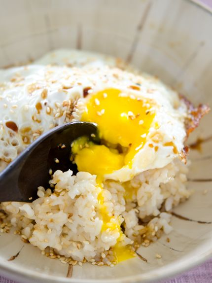 A meal in 5 minutes or less... unless you count the time it takes to prepare the rice... Express Egg Rice | Beyond Khimchee