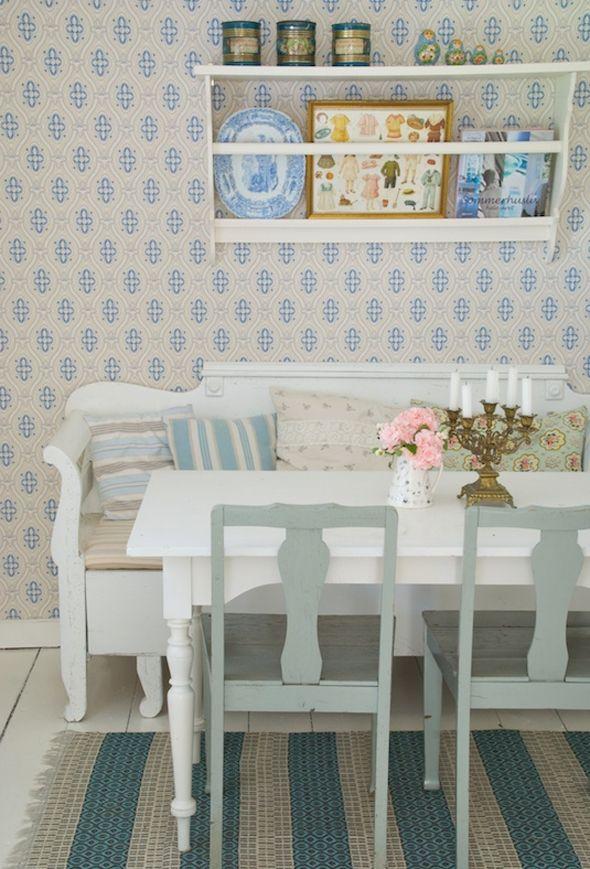 Blomstrede puder, pastelfarvede møbler og sirligt arrangerede nipsting. Sådan skaber danske Tine Gertsen sommerstemning i sit svenske sommerhus, et charmerende træhus i den lille landsby Lundsbrunn i Sverige.
