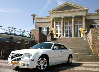 300c trouwauto in Scheveningen bij Societeit de Witte. http://www.trouw-auto-huren.nl