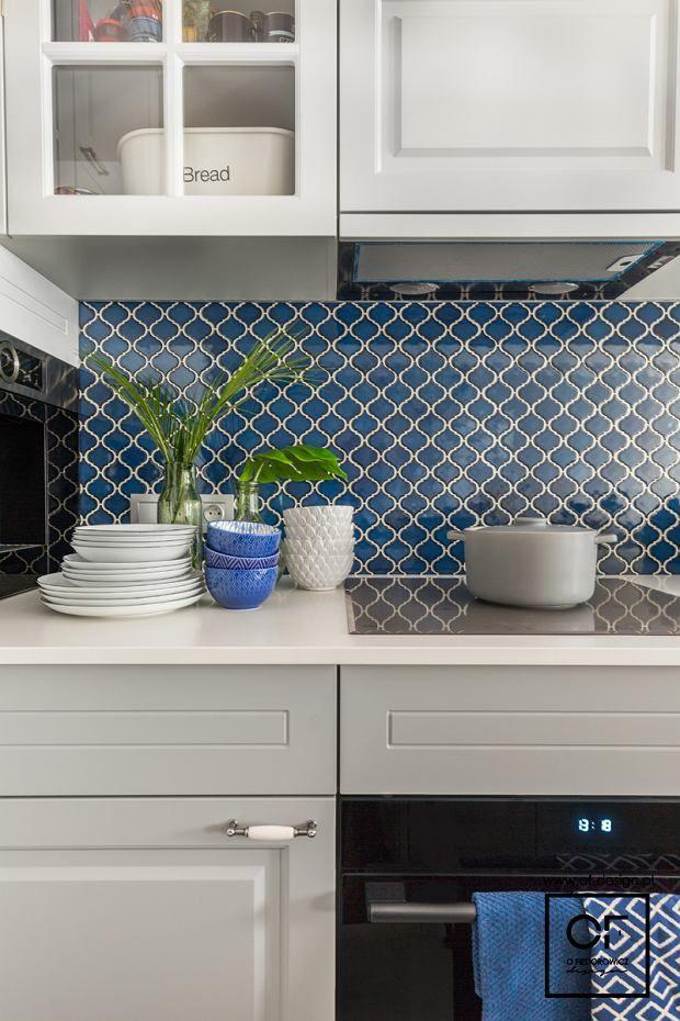 Niebieska Mozaika Na ścianie Nad Blatem Roboczym W Kuchni