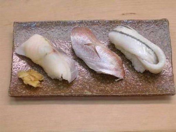 創業1903年(明治36年)。もともとや屋台のお寿司屋さんとしてはじまり、昭和に入ってから神田にお店を構えました。シッカリしめた光り物や、ひと味加えたシャコ、煮イカ、蛤、帆立など伝統的な江戸前寿司が庶民感覚で味わえます。にぎりの他、江戸前のネタが盛られた「並ちらし」も江戸前寿司初心者に最適。本格江戸前寿司を気軽に堪能できるうれしいお寿司屋さんです。  神田 笹鮨 東京都千代田区鍛治町2-8-5 電話:03-3252-3344 予算:昼1,500円~、夜10,000円~