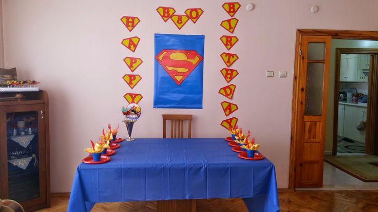Benim dünya tatlısı ablacığımın dünya tatlısı ikiz kuzucuklarının 8. yaş günüydü geçen haftasonu. Geçen sene korsan konseptli bir doğum günü hazırlamıştım onlara ve bu sene için süper kahramalar konseptine karar vermiştik.( Geçen seneki doğum günü için tık tık...  ) Ablacımla uzun telefon konuşmaları sonunda ortaklaşa bir superman doğum günü hazırladık kuzucuklarıma.