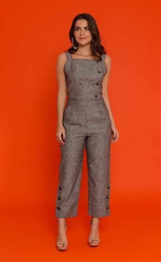 350422f37 Conjunto em linho, de calça pantacourt + blusa cropped, com detalhes de  botões - Salvabrani