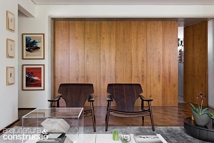 Num emblemático edifício paulistano, um jovem arquiteto reformou o apartamento de essência moderna para deixá-lo mais amplo e cheio de verde