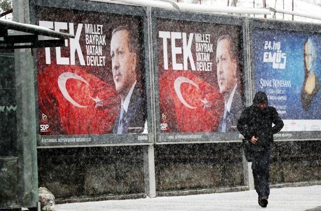 A+The+New+York+Times+Recep+Tayyip+Erdogan+április+16-i+népszavazási+sikere+után+fontos+kérdést+vet+fel:+Lehet-e+a+demokrácia+a+diktatúra+előszobája? A+kérdést,+mint+írja,+az+teszi+indokolttá,+hogy+egy+sor+demokratikus+rendszeren+belül+megfigyelhető,+hogy+megválasztásuk+után+a+vezetők+hatalmukat+úgy…