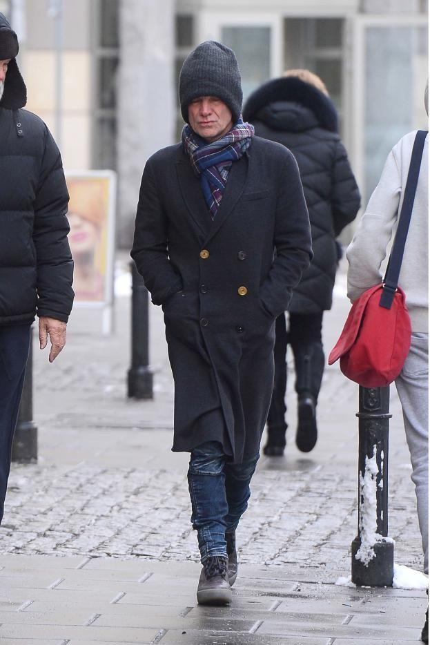 Zmarznięty Sting w wielkiej czapce spaceruje po Warszawie (ZDJĘCIA) - PUDELEK