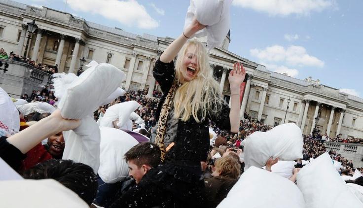 FOTOS: impresionantes guerras de almohadas se celebran en 200 ciudades del mundo