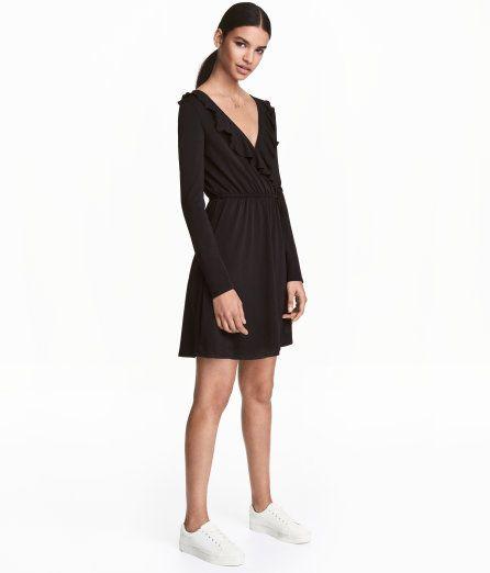 Sieh's dir an! Langarmkleid aus stretchigem Jersey. Das Kleid hat einen V-Ausschnitt und ein Vorderteil im Wickelschnitt.  Ausschnittvolant mit Overlocknaht. Gummizug und Bindegürtel in der Taille. Ungefüttert. – Unter hm.com gibt's noch viel mehr.