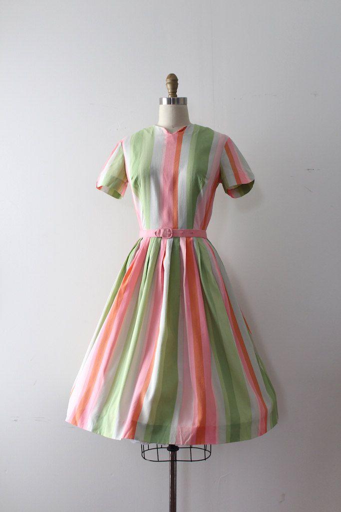 Super schattig regenboog gestreepte jurk uit de late jaren 1950. Deze jurk heeft een ingerichte bovenlijfje en taille met bijpassende riem en volledige rok.  Label: te veel van het label wordt gedragen weg zo onzeker Sluiting: metalen rits  Maten: Best past: xsmall  Bust: 36 Taille: 24 misschien een snug 25 Heupen: open  Lengte: 41 De lengte van de mouw: 7  Voorwaarde: bijna uitstekende vintage staat - er zijn een paar kleine kleine merken op de rok en mouwen. prachtig presenteert. gewassen…