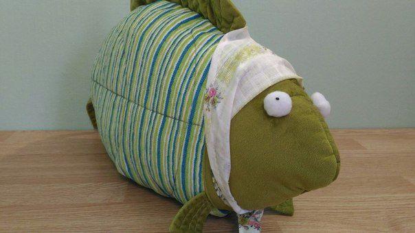 Яркая и уютная подушка Рыба-бабушка с удовольствием поселится на вашем диване или кресле. Декоративная подушка будет терпеливо ждать вас с работы или составит компанию в играх вашему ребёнку. #декоративная_подушка #ПодушкаНаДиван #ХаусыДляКотяусов