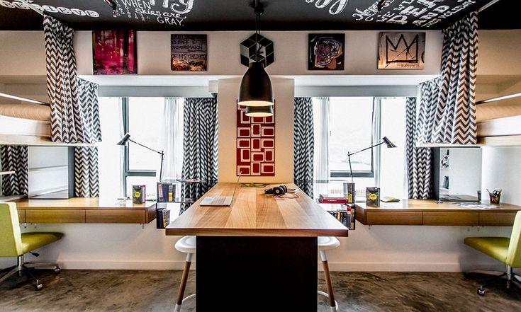Комнату разделяет общий рабочий стол - барная стойка. Рабочие столы расположены и вдоль окон.  (спальня,дизайн спальни,интерьер спальни,домашний офис,офис,мастерская,квартиры,апартаменты,мебель,интерьер,дизайн интерьера,современный,минимализм) .