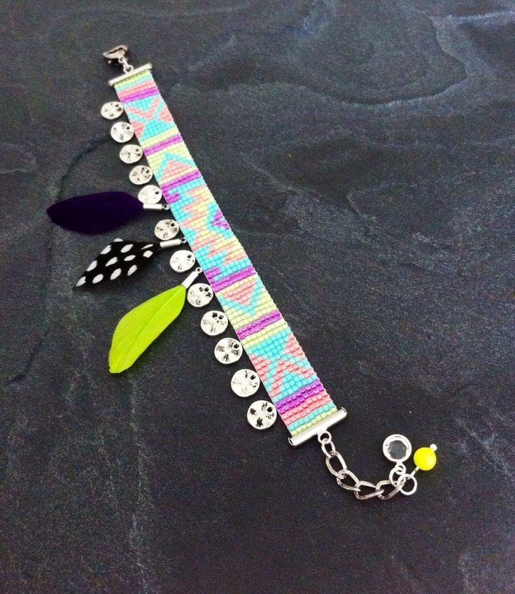 Bracelet Manchette Motif Aztèque orné de breloques métal argenté et plumes naturelles ! : Bracelet par thedreamfactory