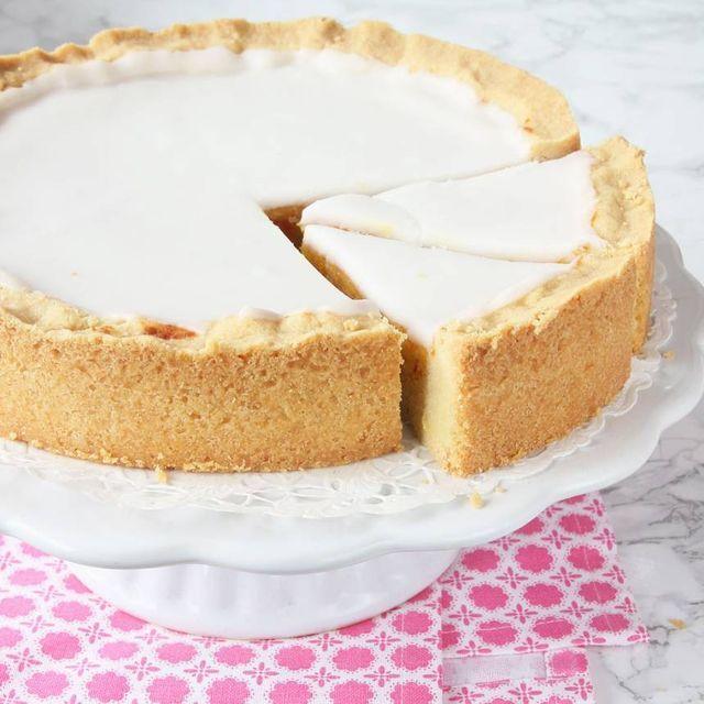 LJUVLIGT GOD MAZARINKAKA En oslagbart läcker kaka som består av tre olika lager; en mördegsbotten, mazarinfyllning och på toppen en vit glasyr. Alla tre delarna är enkla och går relativt snabbt att gö
