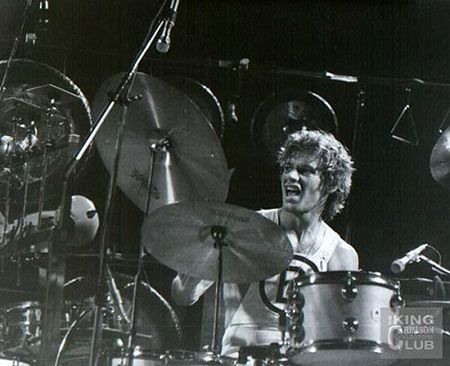 Bill Bruford. Batería y percusión (1973-1995).  -Larks' Tongues in Aspic (1973) -Starless and bible black (1974) -Red (1974)  -Discipline (1981)  -Beat (1982)  -Three of a perfect pair (1984)  -Thrak (1995)