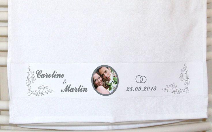 Dieses individuelle Handtuch mit Foto und Namen erfreut Jung wie Alt. Du kannst es mit deinem Foto, deinen Namen, einem Datum oder einer Vorlage bedrucken.