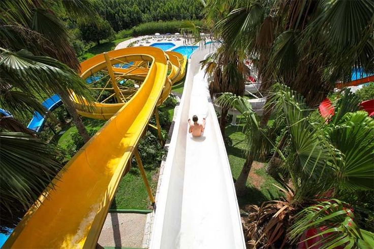 De águas termais a uma enorme piscina de ondas e mais de uma dezena de toboáguas: o Thermas Water Park reúne uma série de atrações