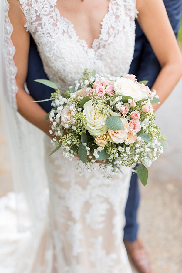 Impresionante vestido de novia con encaje y ramo de novia de eucalipto – Vintage …