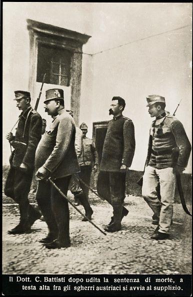 Il Dott C Battisti dopo udita la sentenza di morte a testa alta fra gi sgherri austriaci si avvia al supplizio