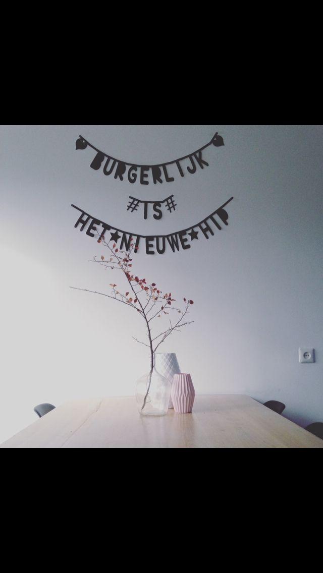 Burgerlijk is het nieuwe hip. Letterbanner. Flowers. Home interior