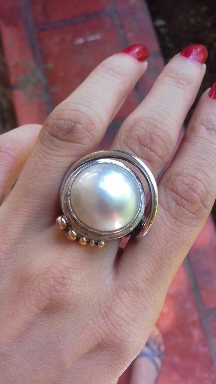 3a0ae501e280 Increíble y Único anillo con diseño especial en plata Fina 925 y oro  amarillo de 14 kilates y montada en esta pieza una bella perla natural