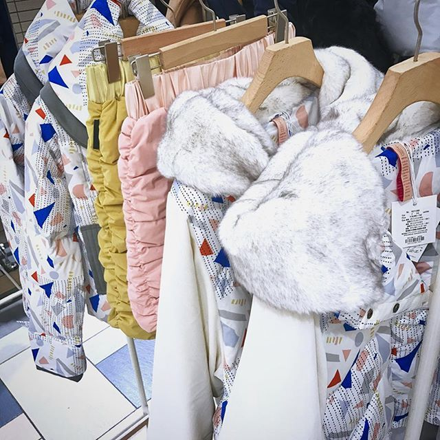 ❄️yosoou❄️After 1 week!! 寒くなりましたね! 立川ルミネyosoou 期間限定POPUPもあと1週間となりました ❄️ 接客していると、 寒がりさんの過酷さや防寒対策の大変さ そしてコート買わなきゃ!というウキウキ感 いろんなお話が聞けて楽しいです!笑 ❄️ yosoouのダウンであったかく・身軽な冬を.✴︎ ❌もふもふのマフラー ❌カシミヤニットや分厚いニット ❌何重にも重ね着 ↓↓↓ ⭕️お店や室内でちょうどいいカットソーやブラウス、カーディガン もちろんマフラーもいりません ❄️ 冬の重装備から、解放されましょ お出かけの足取りも軽くなること間違いなしです٩( 'ω' )و ❄️立川ルミネyosoou❄️10/31まで!  Check@yosoou_store #粧う #粧うダウン #ヨソオウ #yosoou #ダウン #ダウンコート #アウター #冬アウター #洗えるダウン #おしゃれダウン #柄アウター #柄好き #刺し子 #刺し子柄 #スカート #ゴルフ にもオススメ! #ストレッチダウン #カジュアルコーデ #カジュアル #冬限定…