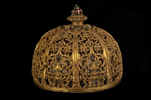 Royal Crown of the Sultanate of Banten, West Java. The Sultanate of Banten played an important role in the development and spread of Islam in the archipelago. It is thus not surprising to find a strong Islamic influence in the design of this crown.