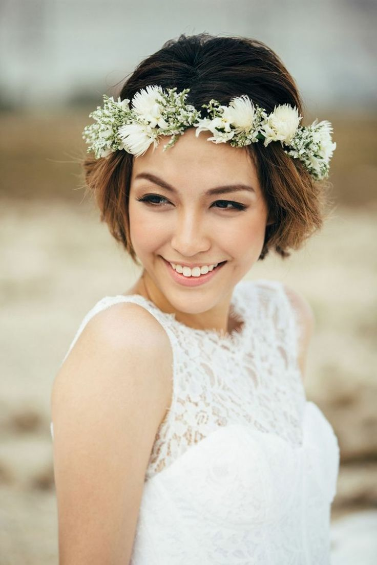 Weinlesefrisur mit weißen Wiesenblumen – Hochzeit