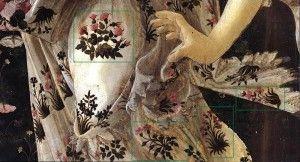 L'abito di Flora è riccamente decorato da fiordalisi (la straordinaria e delicata bellezza di questo fiore ha fatto sì che sin dall'antichità si diffondessero diverse leggende sulla sua nascita), rose e garofani.