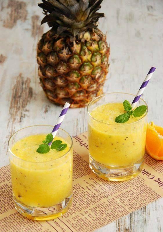 4 rodajas de ananá - Jugo de 2 naranjas - 1 kiwi Hojas de