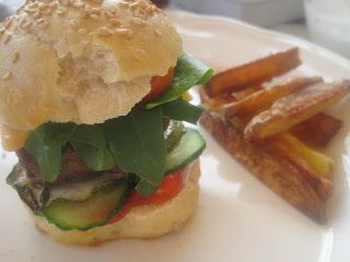 Roculablomster fra haven      I weekenden lavede min yngste datter og jeg miniburgere. De blev så gode, at vi bare elsker dem! - og tæn...