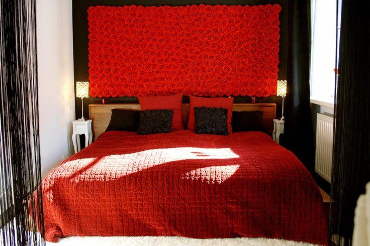 Sypialnia w stylu glamour z zagłówkiem z róż