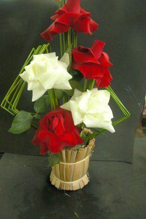 1) Arranjo floral de bola:  http://www.h-sama.com/2012/01/como-fazer-arranjo-floral-simples.html         Você precisa de:   - um prato redon...